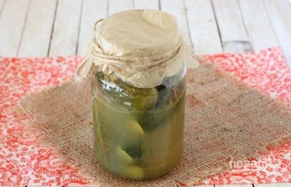 12. Переложите огурцы в чистую баночку, залейте рассолом и храните в холодильнике. Приятного аппетита!