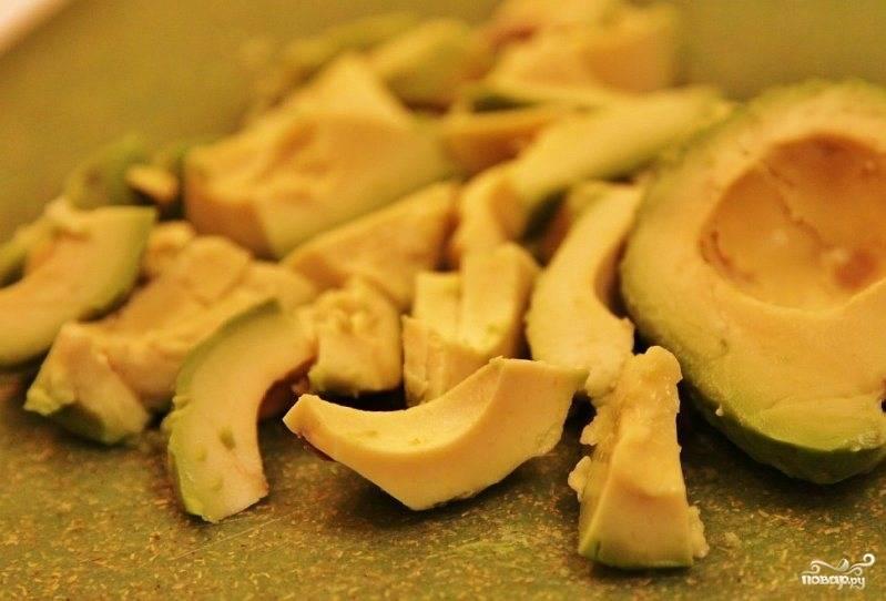 Авокадо очищаем от кожицы и нарезаем брусочками.