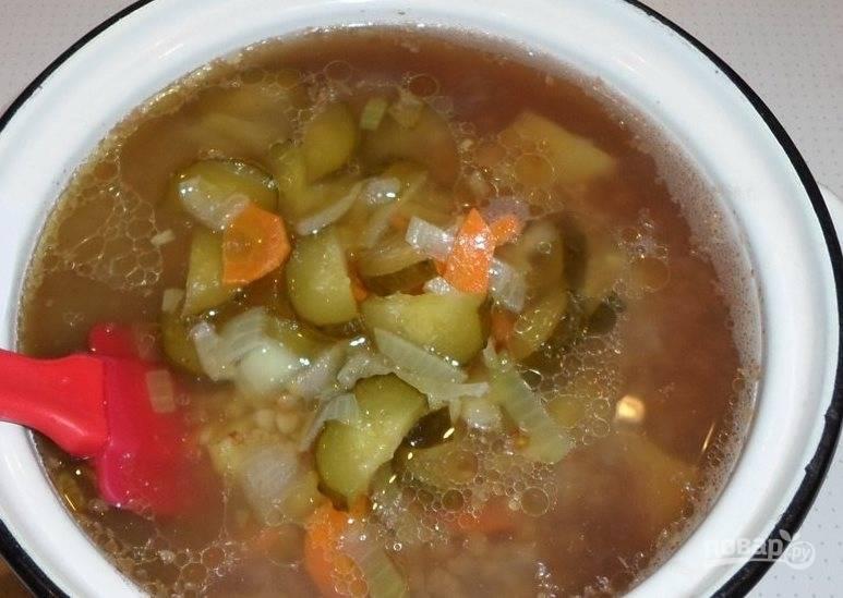После того, как сварится гречневая крупа и картофель, выложите к ним тушеные в рассоле овощи. Варите суп еще десять-пятнадцать минут, периодически помешивая. В конце добавьте рубленную зелень. Приятного аппетита!