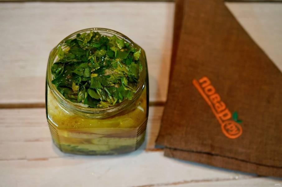 6. Налейте масло, уксус и выложите сверху укроп  и чеснок.