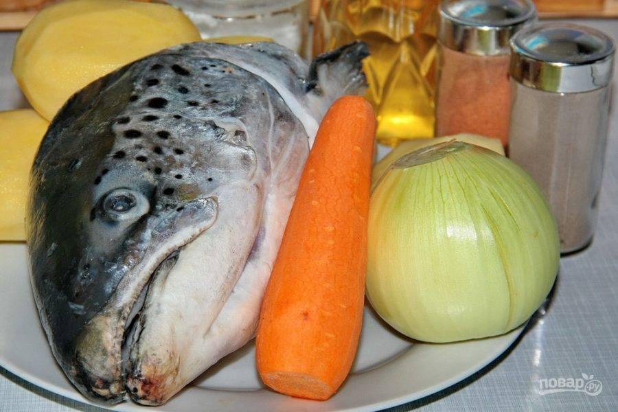 Подготовьте все продукты. Очистите овощи, разморозьте рыбку.