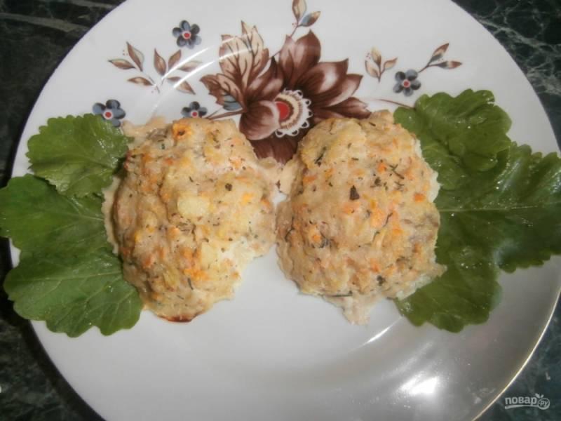 Готовые рыбные котлеты из трески в духовке вы можете подать с овощами или зеленью. Приятного аппетита!