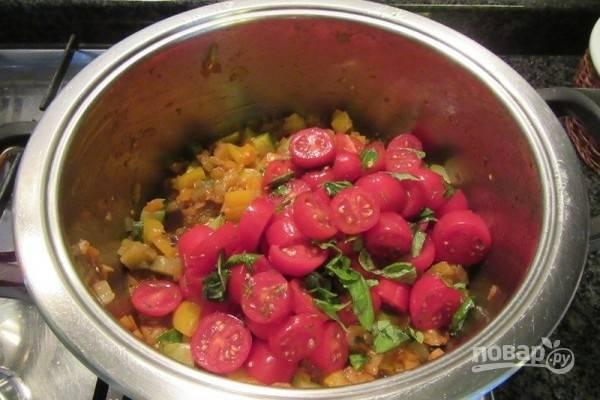 5.Добавьте заправленные помидоры к овощам, перемешайте и снимите сковороду с плиты.