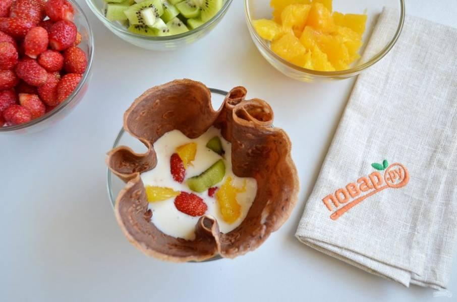 6. Возьмите пиалочку, вложите в нее блинчик, чтобы образовался такой мешочек, положите крема 2 ст. л. и фрукты.