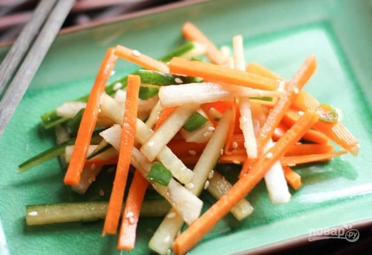 3.Заправьте салат ранее подготовленной смесью и перемешайте. Подавайте к столу.