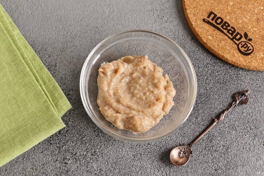 Готовую гречку измельчите блендером до состояния пюре и переложите в глубокую тарелку.