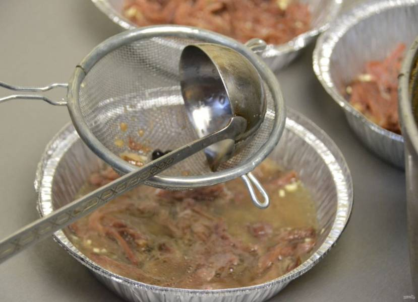 Процедите бульон прямо в формочки или тарелки, поставьте в прохладное место для застывания.