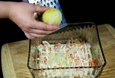 9. На майонез натираем вареный картофель. Можно картофель натереть заранее, а можно тереть его прямо в салатницу.