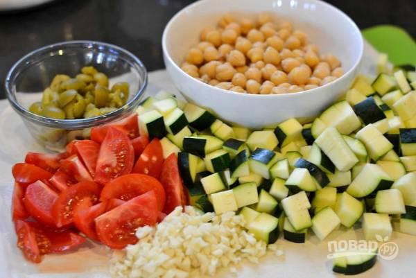 Нарезаем цукини, помидоры и оливки. С консервированного нута сливаем сок. Чеснок очистим и измельчим.