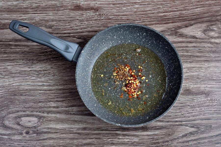 Разогрейте топленое масло в сковороде. Бросьте в масло придавленные семена кориандра и хлопья перца. Грейте полминуты, пока не пойдет аромат.