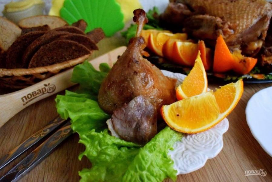 Нарежьте ароматную утку на порционные куски. Приятного аппетита!