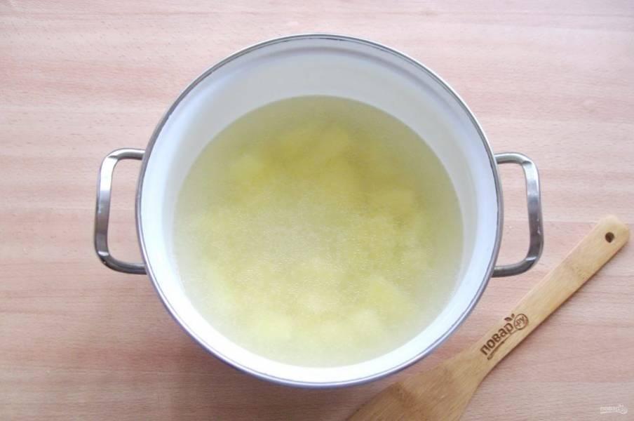 Залейте картофель бульоном и начинайте варить щи.