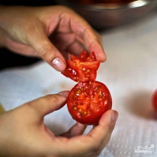 Верхушка помидора нам не нужна - ее можно использовать в приготовлении другого блюда или просто съесть сырой.
