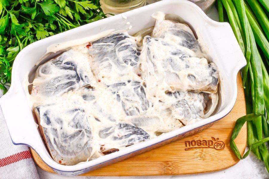 Выложите майонез любой жирности и смажьте им кусочки рыбы со всех сторон.