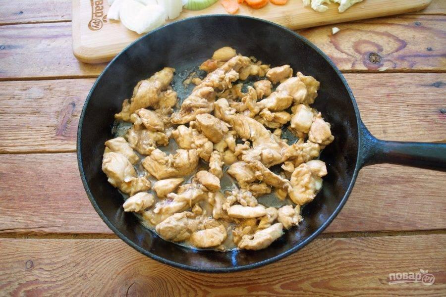 Когда мясо изменит цвет и обжарится, влейте в сковороду 1,5 ст. ложки соевого соуса и перемешайте. Продолжайте жарить мясо 2-4 минуты.