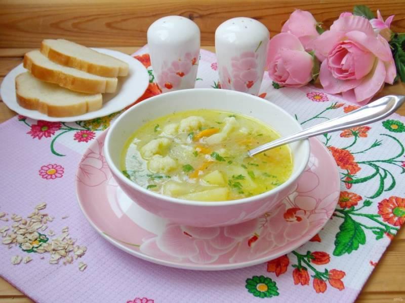 Суп с цветной капустой и овсяными хлопьями готов. Подавайте на первое в обед.