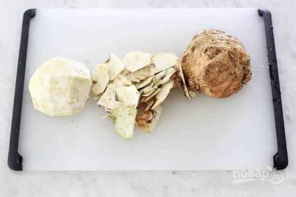 1. Первым делом вымойте овощи. Очистите корень сельдерея.