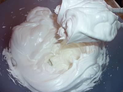 3. Отдельно взбить в крепкую пену белки, постепенно добавляя сахар или сахарную пудру. Когда образуются плотные пики, белки можно в несколько приемом добавить в творожную массу.