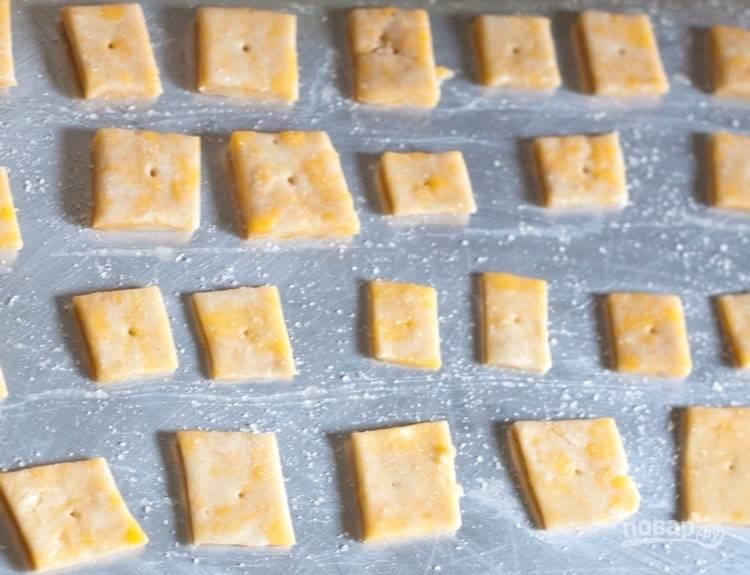 3.Выложите квадратики на смазанный растительным маслом противень, проткните зубочисткой каждый и смажьте слегка взбитым белком.