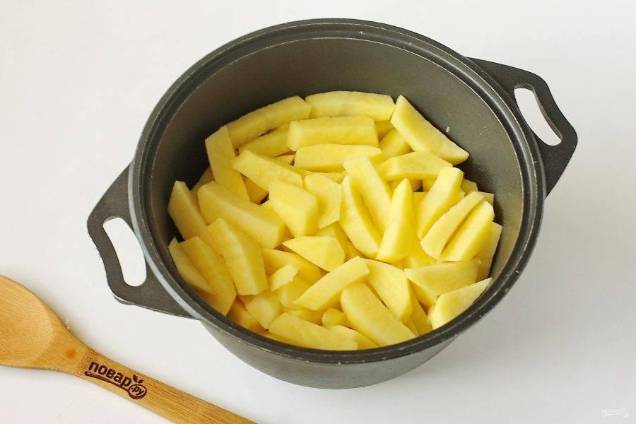Затем сверху выложите нарезанный крупной соломкой картофель. На данном этапе больше перемешивать ничего не нужно.