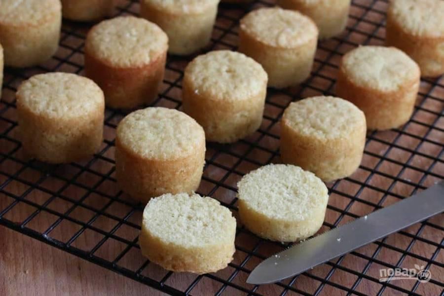 12.Остывшие бисквиты разрежьте поперек.
