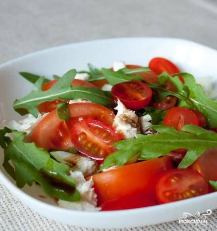 Берем блюдо для салата, выкладываем в него рукколу, свежий базилик, а также все нарезанные ингредиенты. Аккуратно перемешиваем, полив оливковым маслом и бальзамическим уксусом. Подавать вкуснятину немедленно :)