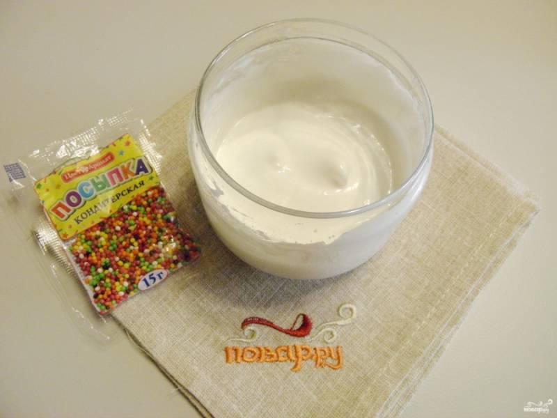 Теперь сделайте глазурь. Миксером на максимальных оборотах взбейте охлажденный белок до устойчивых пиков. Введите сахарную пудру частями и лимонный сок, миксером доведите глазурь до однородного состояния.