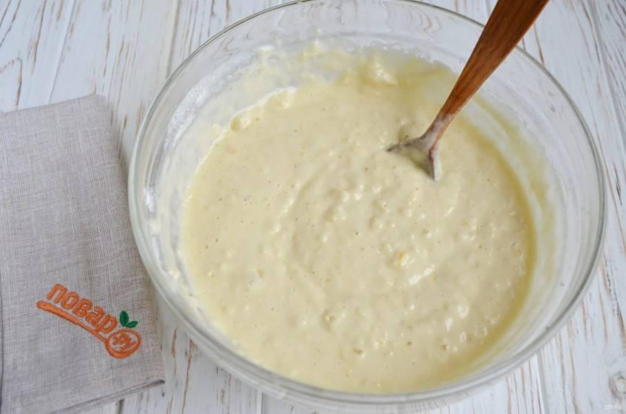 6. Тесто становится воздушным, поднимается, идет реакция соды и лимонного сока. Продолжайте вводить муку небольшими частями. Замесите мягкое и пластичное тесто.