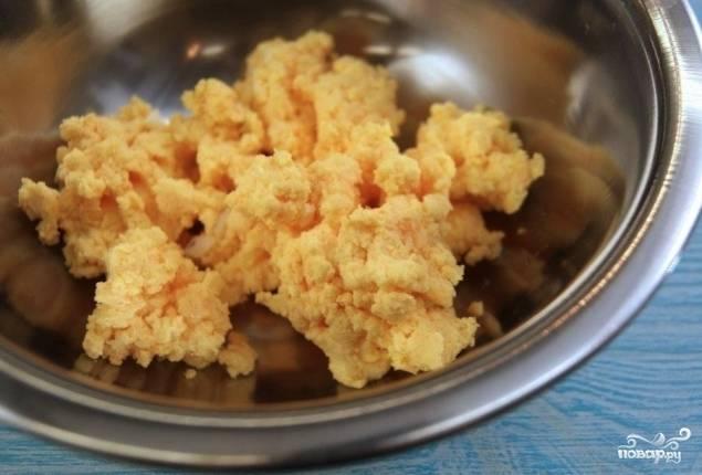 Отваренное яйцо очистите от скорлупы, достаньте желток. Из него нужно сделать однородное пюре. Добавьте к желтку лимонный сок, хорошо разотрите вилкой.