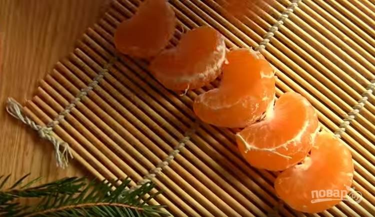1. Очистите мандарины, выложите дольки на 1 час, чтобы пленочка немного подсохла.