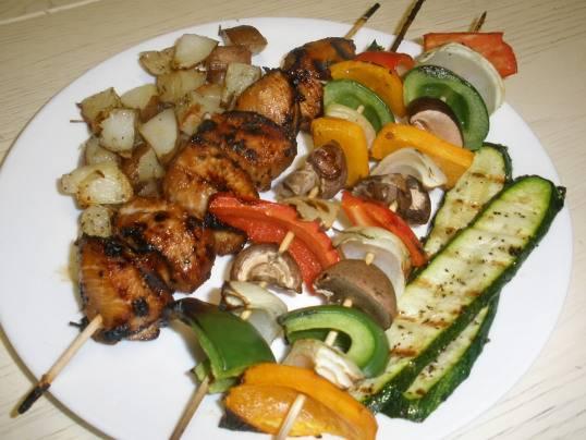 4. Когда овощи запекутся со всех сторон, выкладываем их на блюдо и поливаем соусом! Готово!