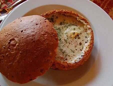 7. Из буханки вырезаем середину, а основу запекаем в духовке примерно 10-20 минут, чтобы хлеб немного подсушился. Заливаем суп в хлеб и сразу же подаем!