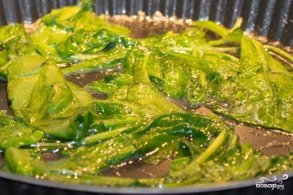 Шпинат хорошенько промываем и кладем на горячую сковороду. Готовим шпинат, помешивая, пару минут - он должен существенно уменьшиться в объеме.