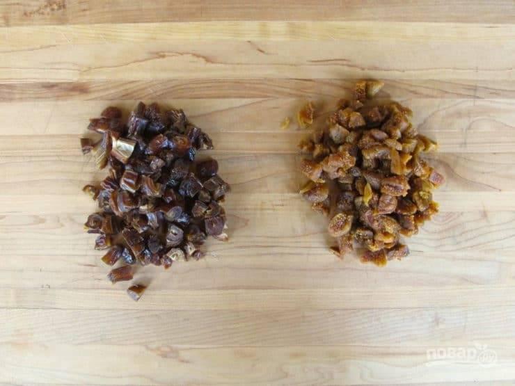 2. В это время нарежьте мелкими кусочками инжир и финики.