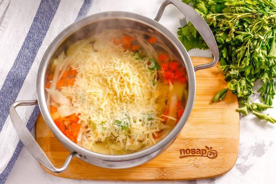 Измельчите твердый сыр или выложите плавленный в кастрюлю, убавьте нагрев и перемешайте все, томите примерно 2-3 минуты.