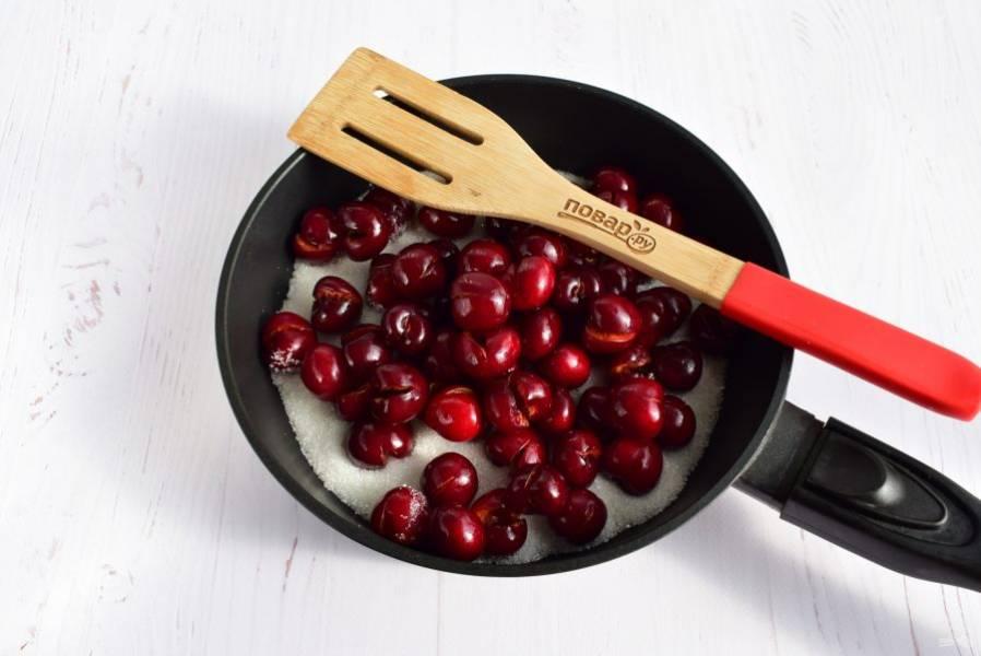 На горячую сковороду высыпьте сахар, сверху – вишню.