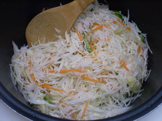 Добавьте к курице овощи, соль, специи по вкусу. Перемешайте и поставьте тушиться на 40 минут.