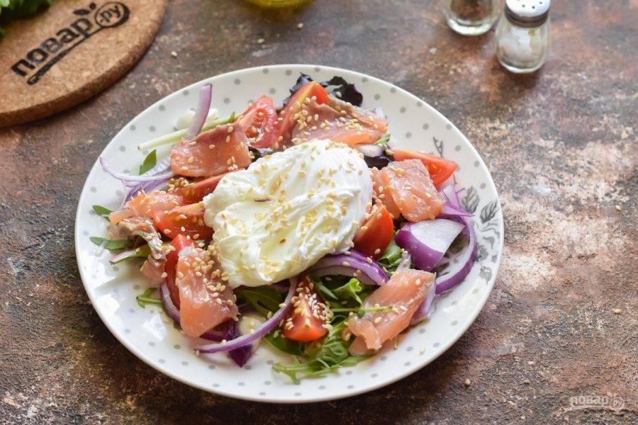 Выложите яйцо по центру, и подавайте салат к столу.