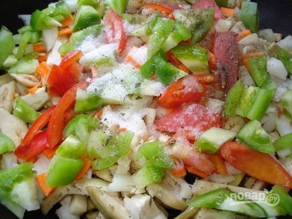 5. Разогрейте на сковороде с высокими бортами растительное масло. Выложите овощи, обжарьте их на среднем огне. Посолите по вкусу, добавьте специи.