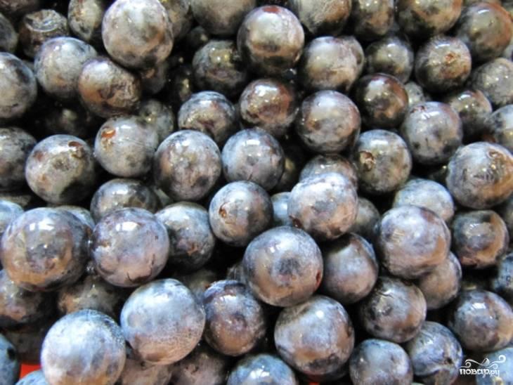 Ягоды хорошо переберите, удалите подгнивший тёрн, веточки. Промойте под проточной водой. Проткните плоды вилкой, чтобы они лучше пропитались.