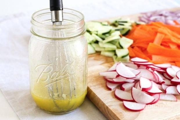 3.Для заправки: в емкости смешиваю оливковое масло, уксус, цедру половинки лимона, соль и перец, хорошенько все перемешиваю венчиком.