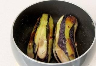 В небольшом количестве растительного масла обжариваем баклажаны со всех сторон.