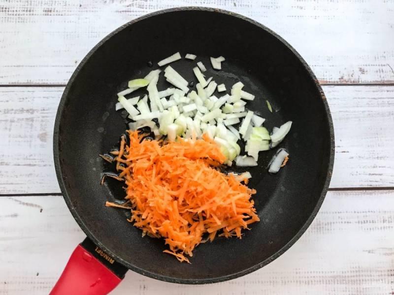 Обжарьте овощи на хорошо разогретой сковороде с растительным маслом в течение 5-7 минут.
