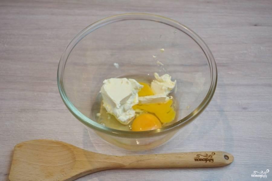 В миску вбейте 2 яйца и добавьте сливочное масло комнатной температуры. Температура масла важна, поэтому лучше просто достаньте его заранее, до начала готовки.
