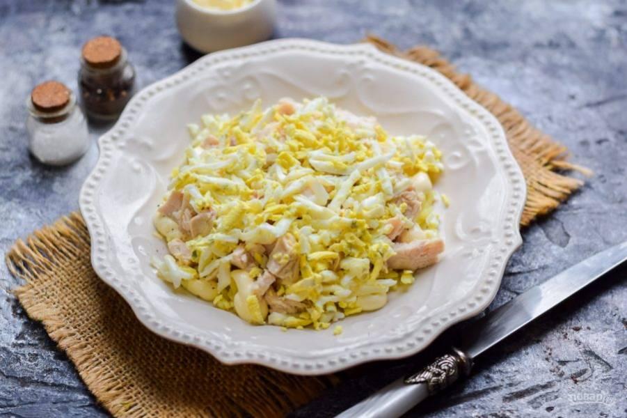 Вареные куриные яйца очистите, натрите на средней терке, посыпьте слой курицы. Все слои салата смазывайте немного майонезом.