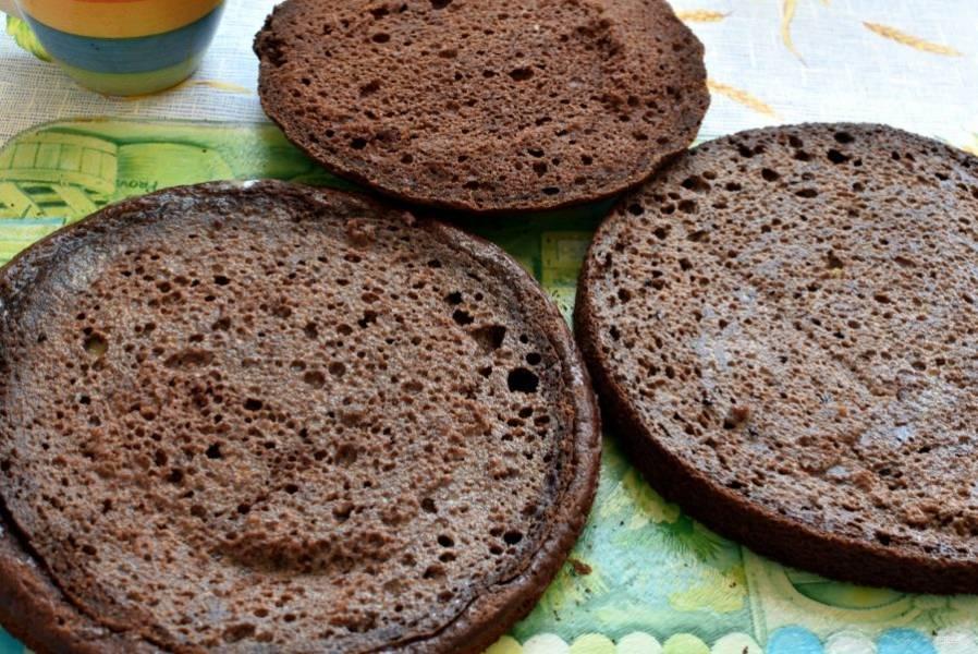 Бисквит разрезать на три коржа и пропитать разведенным кипяченой водой (35 грамм) ореховым ликером.