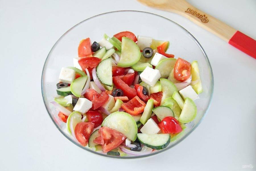 9. Добавьте оливковое масло, свежевыжатый сок лимона, соль и перец по вкусу. Хорошо все перемешайте. Греческий салат с цуккини и помидорами готов.