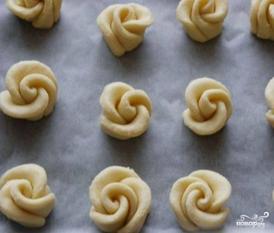 7. Противень лучше застелить пергаментной бумагой, чтобы печенье не пригорело. Отправляем наши заготовки в разогретую до 180 градусов духовку на 25 минут.