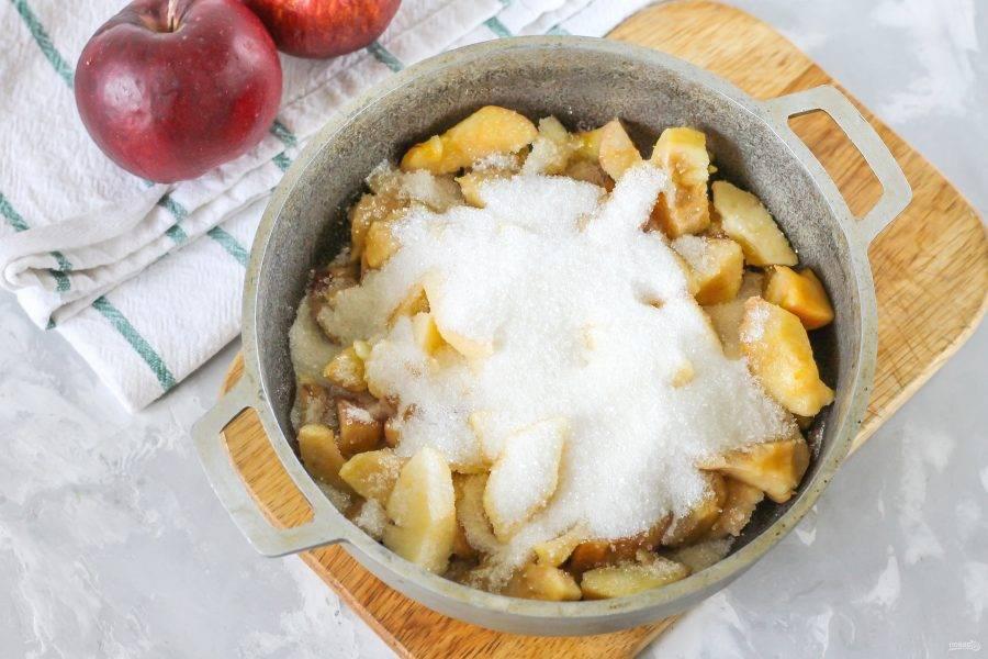 Всыпьте сахарный песок, добавьте несколько капель ванильного ароматизатора и влейте воду. Поместите емкость на плиту, включив умеренный нагрев.