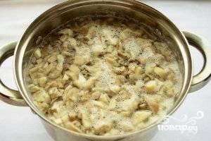 Вешенки тщательно вымойте под проточной водой. Нарубите небольшими кусками и отварите в слегка подсоленной воде. В это время положите плавленые сырки в морозилку.